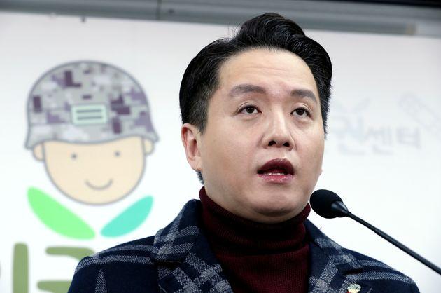 임태훈 군인권센터 소장이 16일 오전 서울 마포구 군인권센터에서 한국군 최초의 성전환 수술을 한 트랜스젠더 부사관 관련 긴급 기자회견을 하고