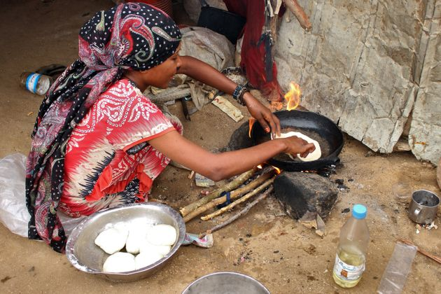 Una mujer prepara la comida en un campo de desplazados de Hajjah