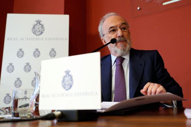 El director de la RAE, Santiago Muñoz Machado, explica en rueda de prensa, este lunes en Madrid, el contenido...