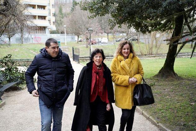 La ministra de Educación y Formación Profesional, Isabel Celaá (c) junto a la secretaria general de Álava,...
