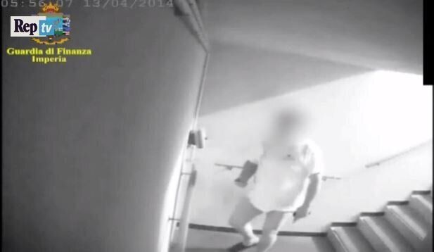 Un frame del video della Guardia di Finanza nel corso delle indagini su Alberto