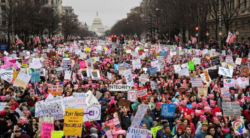 Centenas de milhares de pessoas marcham pela Pennsylvania Avenue durante a Marcha das Mulheres em Washington...