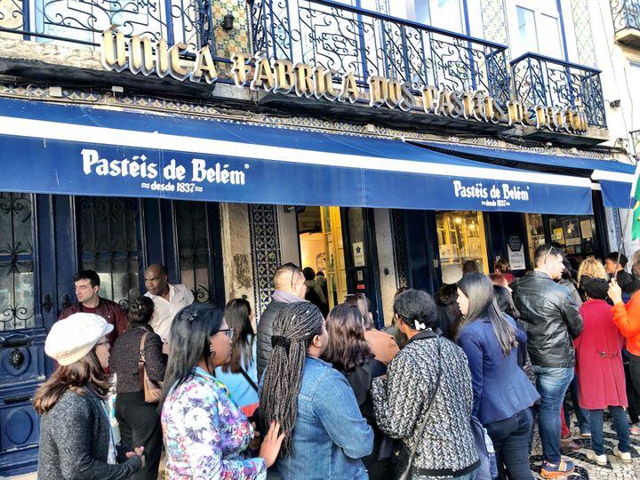 Em frente à loja, fila entre turistas e locais.