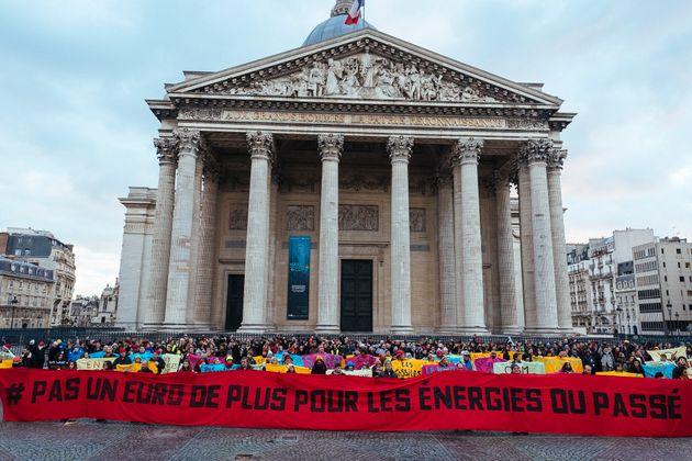 Une manifestation de 350.org en faveur du désinvestissement prôné par Greta