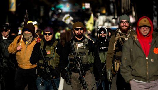 버지니아에서 '총기보유 권리'를 주장하는 대규모 '중무장 시위'가