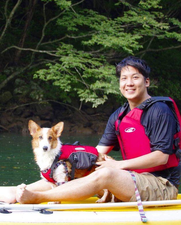 株式会社シロップ代表取締役の大久保泰介さんと飼い犬のコルク