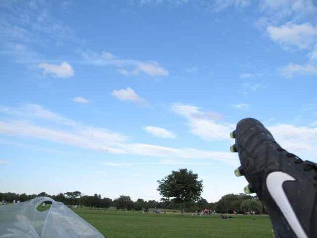 大久保さんはイギリス滞在中、日々サッカーをしていた