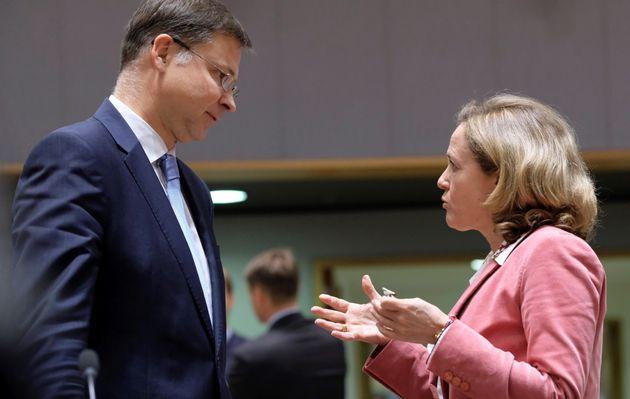 La ministra de Economía del Gobierno español, Nadia Calviño, conversa con el vicepresidente de la Comisión...