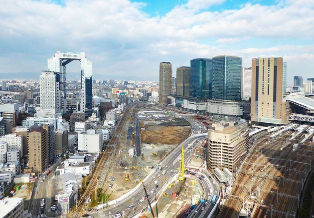 まさに開発中の「うめきた2期」。地区内西側の線路が、現在も貨物・特急列車が走る東海道線支線。移転・地下化工事が完了次第、この線路は撤去され、跡地は道路になる予定だ