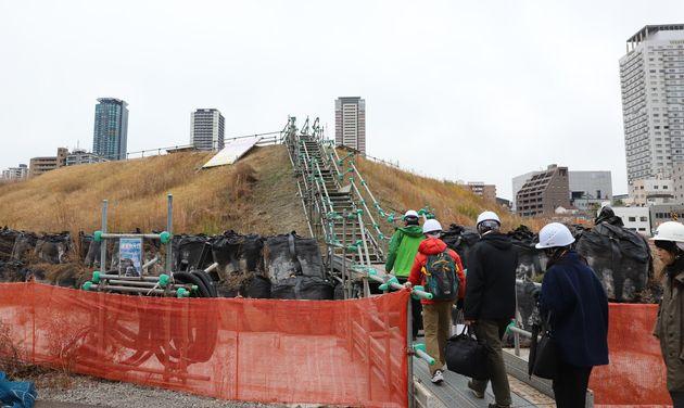 線路地下化、新駅設置工事で掘り出された砂によってできた丘。ここから、うめきた2期の全体を眺められる