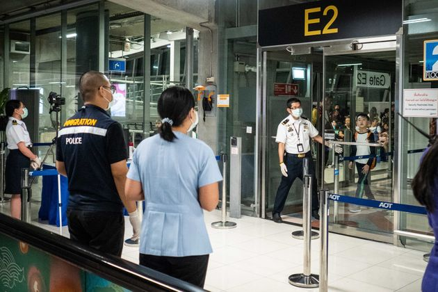 Controles de salud en el aeropuerto de Bangkok (Tailandia) a pasajeros de un vuelo procedente de Wuhan