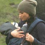 A spasso con i due cani, tra le braccia il piccolo Archie: Meghan ritrova la