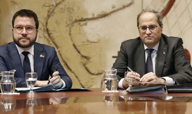 El presidente de la Generalitat, Quim Torra (d), junto al vicepresidente del Govern y conseller de Economía,...
