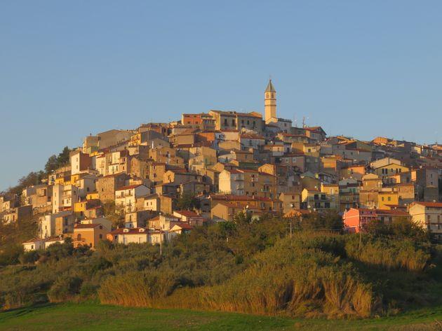 Αλλο ένα χωριό της Ιταλίας πουλάει σπίτια με ένα