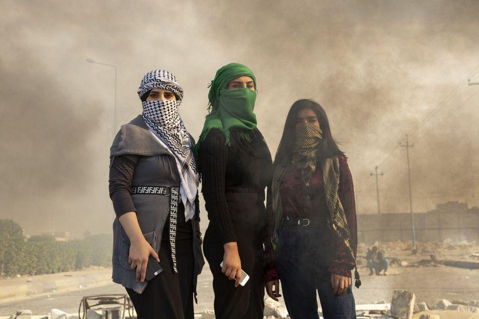 Un giornalista filma tra i copertoni in fiamme: le foto che raccontano le proteste in