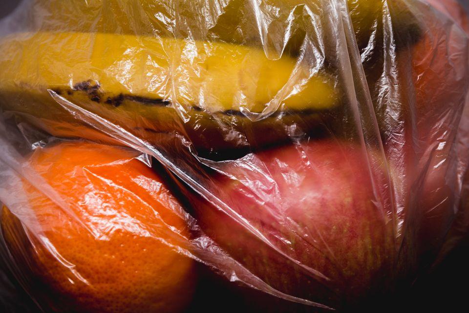 Au Kenya, des sacs en plastique à usage unique transparents et fragiles sont importés en...