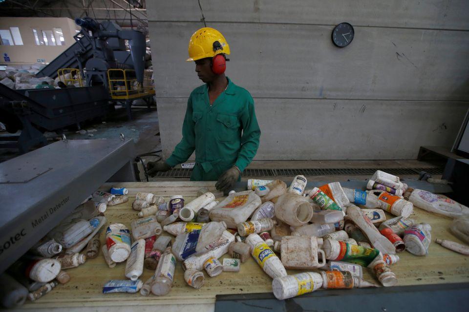 À Nairobi, un employé trie des déchets plastiques avant de les envoyer dans une...