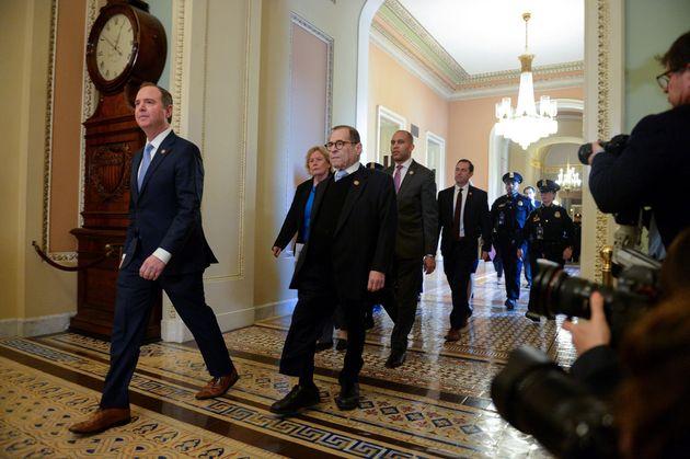 下院議長のアダム・シッフ議員とジェリー・ナドラー議員は、米国ワシントン州の上院議場に歩いて行きます...