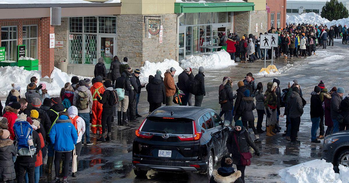 大規模な吹雪の後のニューファンドランドの洪水食料品店