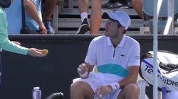 볼걸에게 바나나 껍질 까달라고 한 테니스 선수