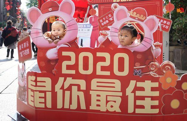 福建省福州市でねずみ年の飾りで記念撮影をする子ども