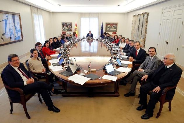 El presidente del Gobierno, Pedro Sánchez (c), preside el primer Consejo de Ministros celebrado...