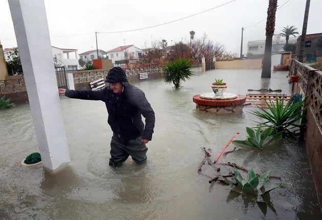 Un vecino intenta entrar en su casa de la localidad de Almenara