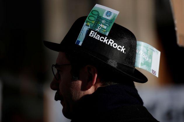Un manifestant contre la réforme des retraites et contre BlackRock accuséd'avoir...