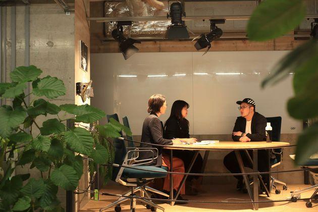 インタビューを実施したのは株式会社GOのミーティングエリア。格闘技のリングのような作りになっている。