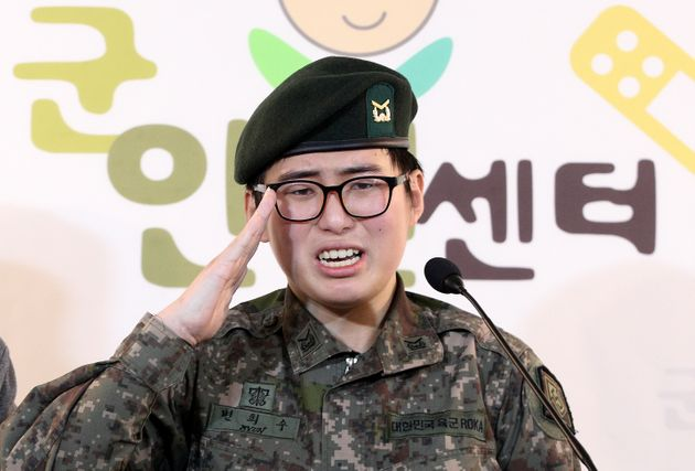 휴가 중 해외에서 성전환 수술을 받고 돌아온 육군 부사관 변희수 하사가 22일 오후 서울 마포구 노고산동 군인권센터에서 군의 전역 결정과 관련한 기자회견을 열고 눈물과 함께 거수경례를...