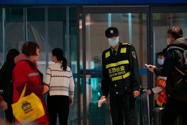 Un agent de sécurité à l'aéroport de Wuhan en