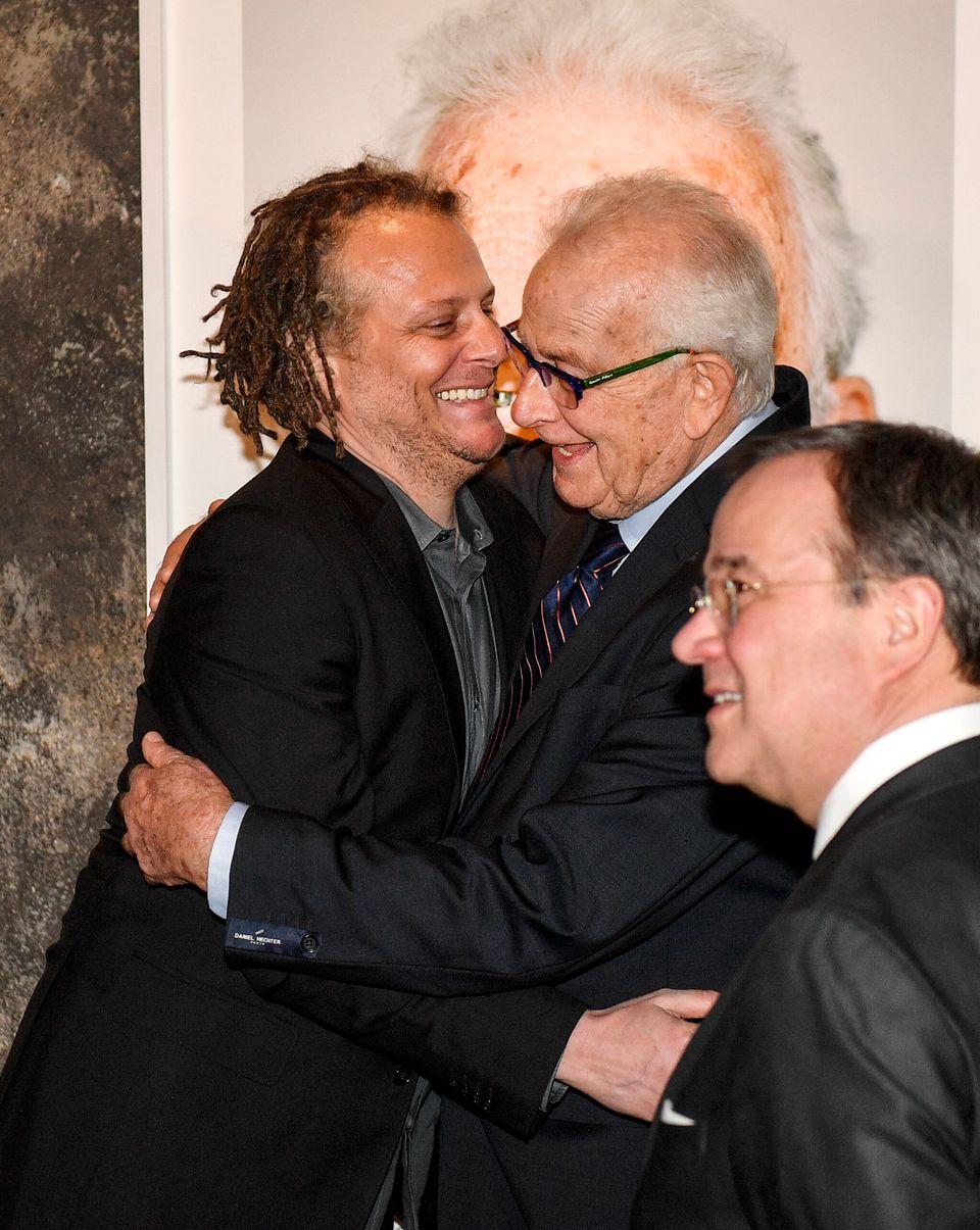 Ο Ναφταλι Φερστ αγκαλιάζει...