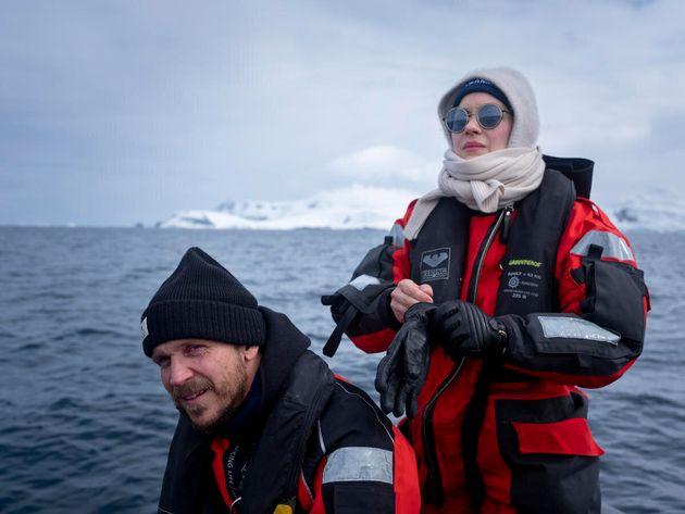 Gustav Skarsgard et Marion Cotillard visitent l'île de la Trinité avec Greenpeace pour observer les pingouins...