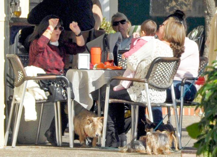 Pepa Flores junto a sus hijas Celia y María en un restaurante de Málaga en 2014.