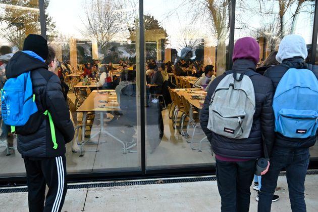 Des lycéens regardent leurs camarades qui attendent de passer leurs E3C au lycée...