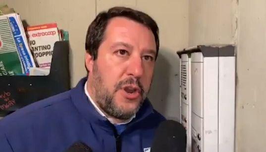 """CASO DIPLOMATICO - Salvini al citofono irrita la Tunisia: """"È razzista, mina le relazioni tra i"""