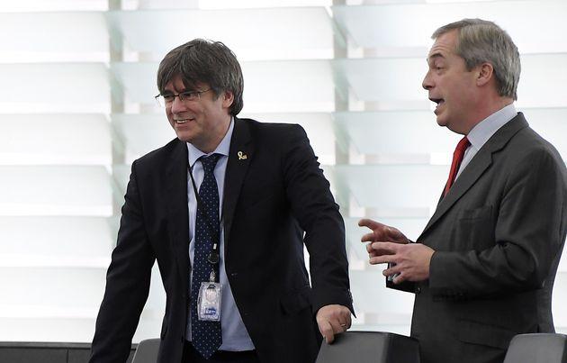 Carles Puigdemont y Nigel Farage, en la sede del Parlamento Europeo en Estrasburgo en enero de