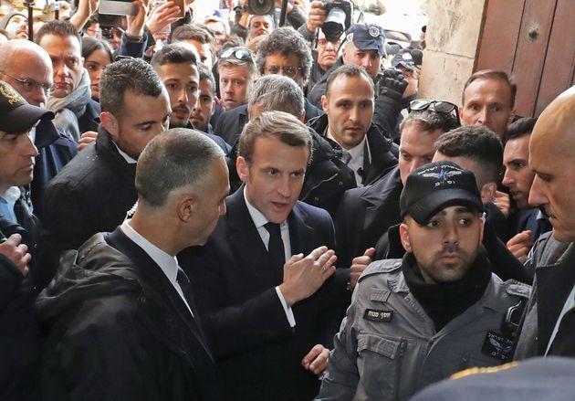 Emmanuel Macron devant la Saint Anne de