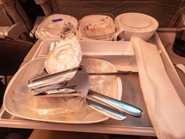 Les déchets d'un repas servi à bord d'un vol