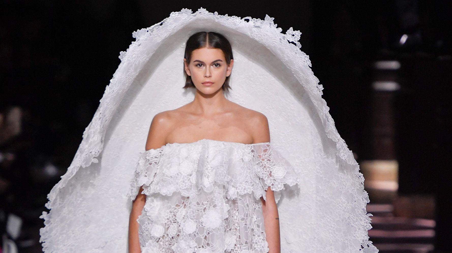 La robe de mariée de Kaia Gerber au défilé Givenchy est époustouflante