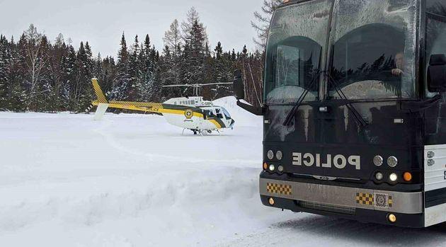 Des hélicoptères effectuaient des recherches pour tenter de retrouver les cinq personnes...