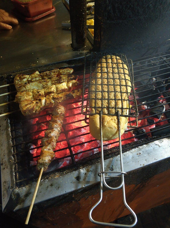 Ενα από τα «μυστικά», που κάνει ακαταμάχητο το «βρώμικο» του Ανδρέα, είναι το ψήσιμο του σάντουιτς στα κάρβουνα.