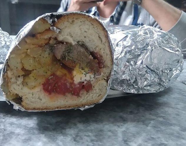 Μπριζολάκι καπνιστό με φέτα, ντομάτα, πατάτες και ρίγανη. Και μας τρέχουν τα σάλια...