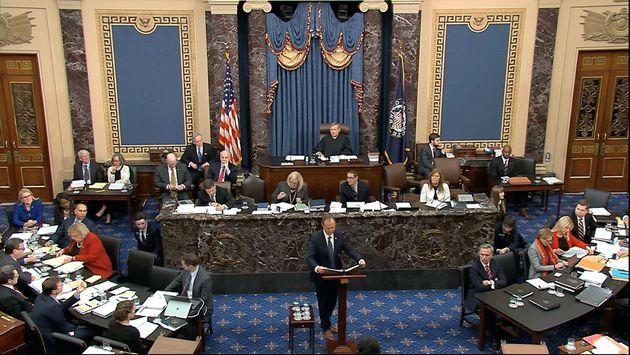 El demócrata Adam Schiff, durante su intervención de esta noche en el Senado, presentando...