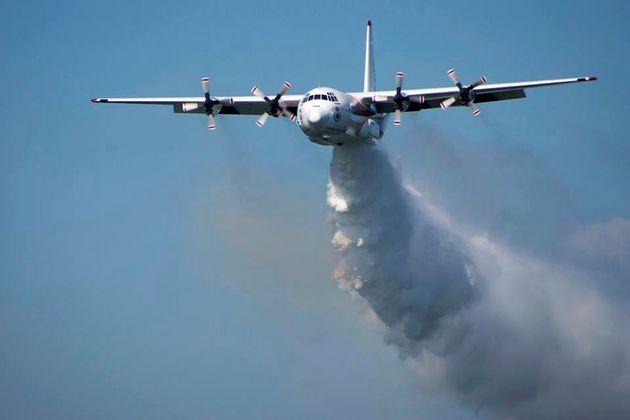 Un bombardier relâche de l'eau au dessus du bush en