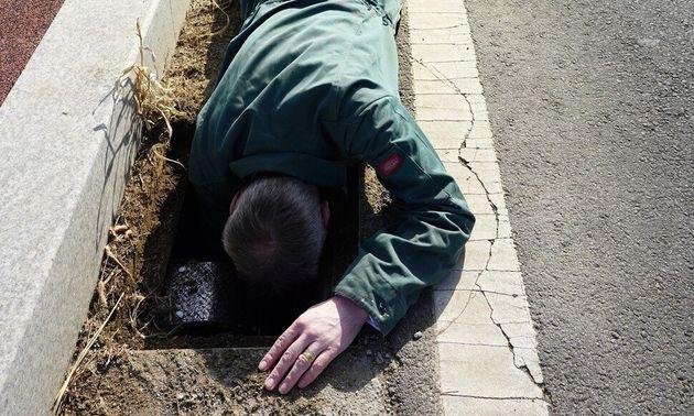 지난 21일 영국파충류협회 트레버 로즈 사무국장이 경기 연천군 전곡읍 은대리 물거미 서식지 옆 도로 맨홀 안에 '개구리사다리'를 놓고