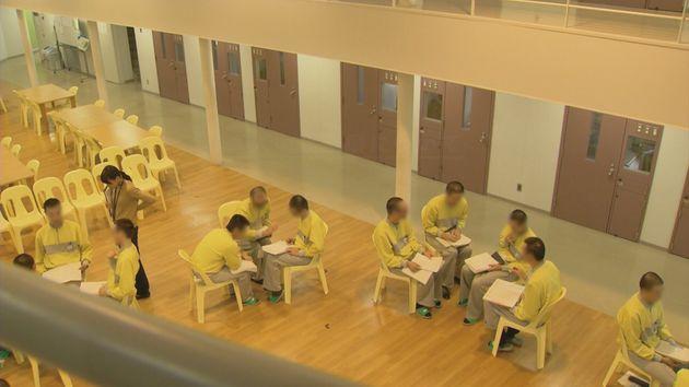 教育プログラム「TCユニット」を受ける受刑者たちの様子。円になって、それぞれの経験や思いを語り合う。