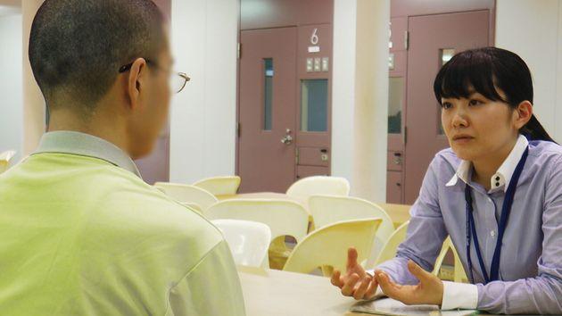 TCで受刑者と会話をする支援員。支援員は、臨床心理士や社会福祉士などの専門資格を持つ。