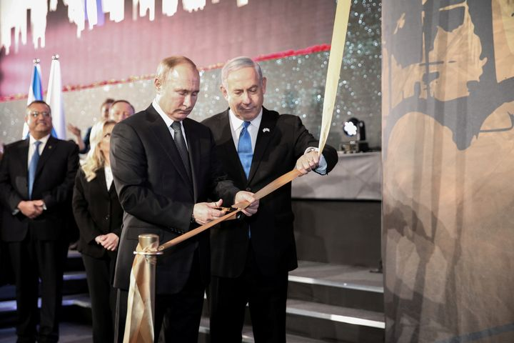 Russian President Vladimir Putin and Israeli Prime Minister Benjamin Netanyahu inaugurate a monument dedicated to the victims