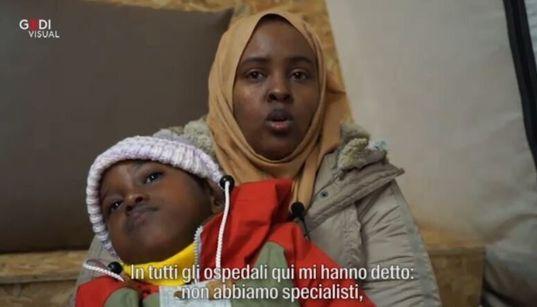 """L'APPELLO DI UNA MADRE DAL CAMPO PROFUGHI DI LESBO - """"Aiutate Abdul, è paralizzato. Qui nessuno può farlo"""""""
